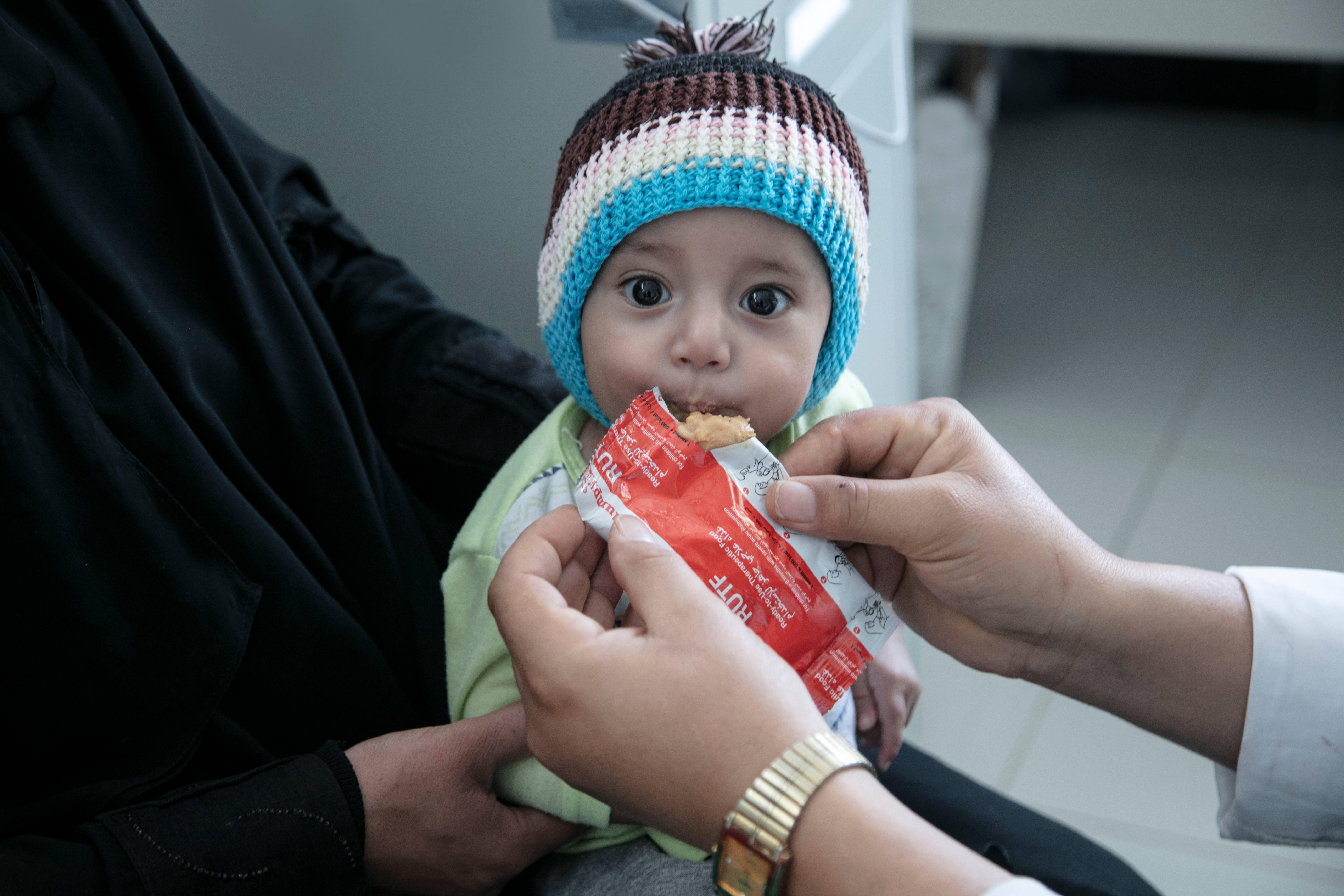 Niño recibiendo alimento terapéutico